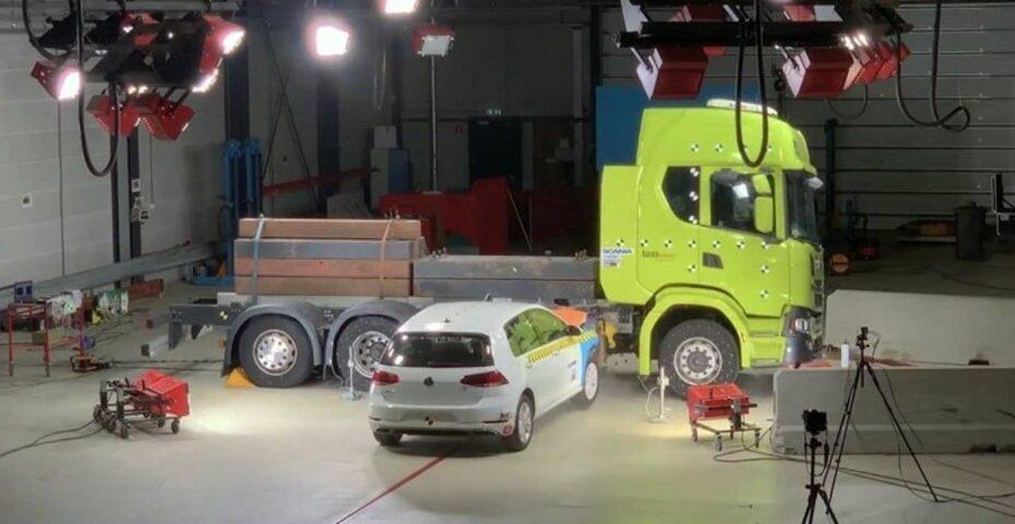 Scania testa resistência das baterias de seu caminhão elétrico em vídeo, confira!